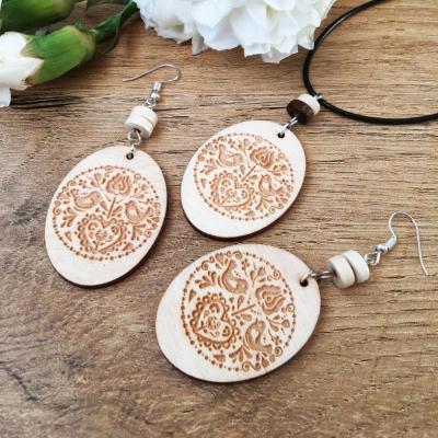 Bledá folklórna sada drevených šperkov