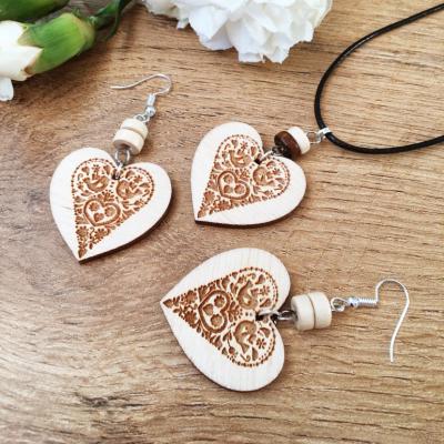 Bledá folklórna srdiečková sada drevených šperkov