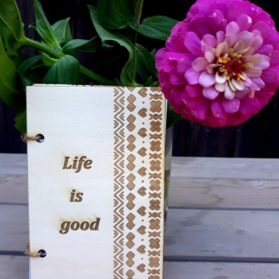 Drevenný zápisník s textom
