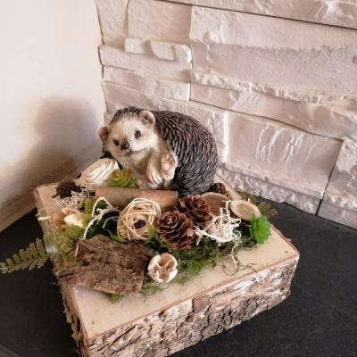 Jesenná prírodna dekorácia s ježkom