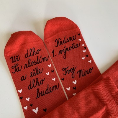 Maľované červené  ponožky ako darček k výročiu svadby