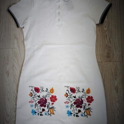 Vyšívané šaty s kvetinovými