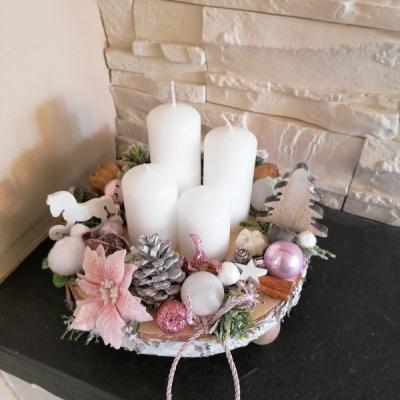 Ružový adventný svietnik na drevenom podnose