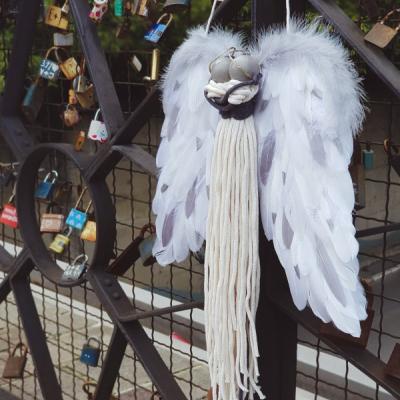 Anjel zamilovaný pár v objatí