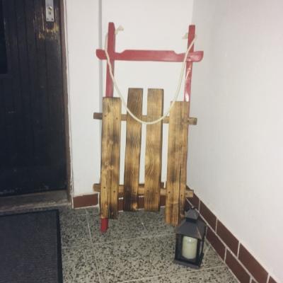 Vianočne sane pred vstupne dvere