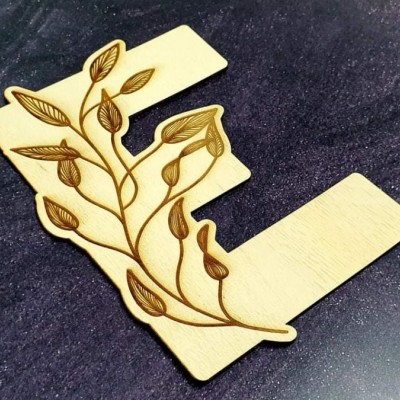 Drevené písmeno s prírodným dizajnom
