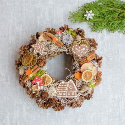 Vianočný veniec s medovníčkami