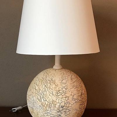 Stolná lampa guľa dekorovaná