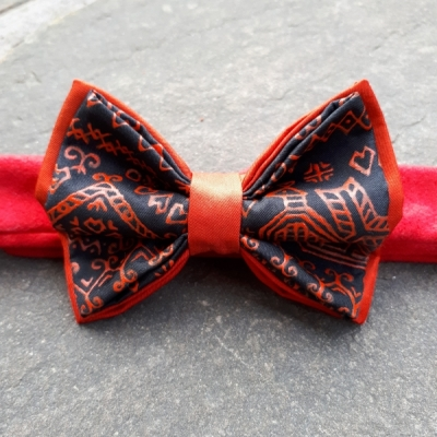 Hodvábny maľovaný motýlik-čičmiansky ostrý červený