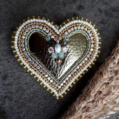 Srdcomilka olivová-brošňa v tvare srdca