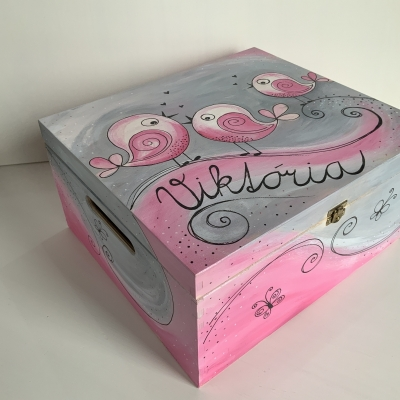Maľované drevená debnička s vtáčikmi a menom v ružovo-sivo-bielej