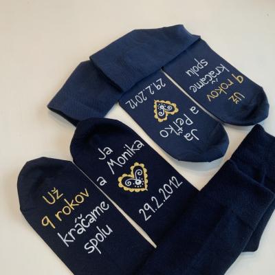 Maľované ponožky k xy. výročiu svadby v modro-bielo-zlatom šate s folk srdcom