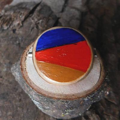 drevená maľovaná javorová brošňa geometrická