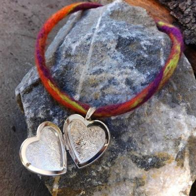 plstený náhrdelník s otváracím srdcom ozdobné zapínanie