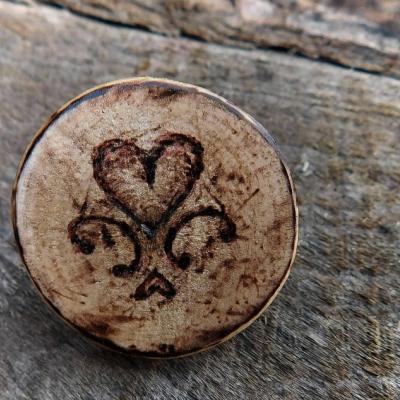 javorová drevená brošňa folk