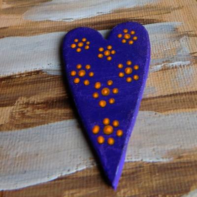 maľovaná drevená brošňa kvietky v srdci