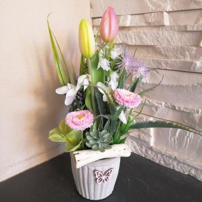 Jarna dekorácia s tulipanmi v kameninovej nádobe