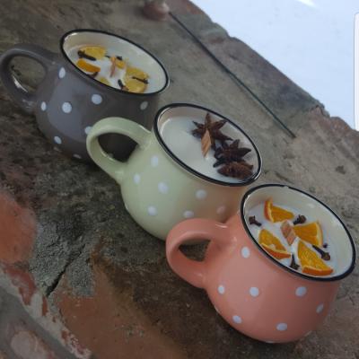 Sójové sviečky v keramickom hrnčeku