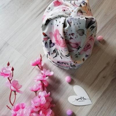 Kvetinová čiapka s otvorom na dlhé vlasy