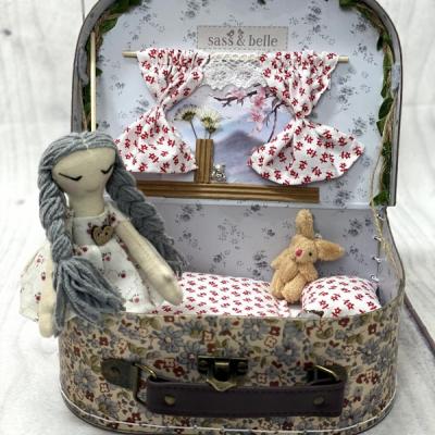Kufríkový domček s bábikou a zajačikom