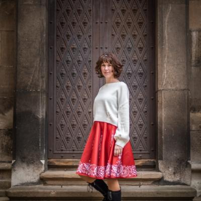 červená sukňa s Vajnorským ornamentom (Bratislava)