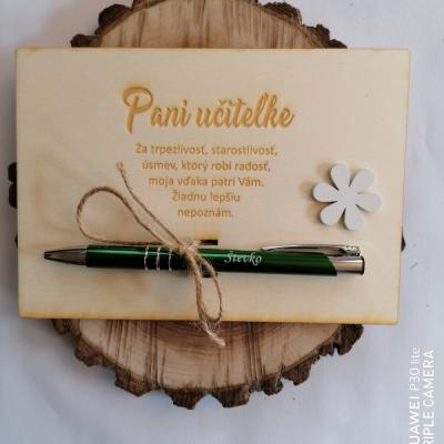 Drevená tabuľka pre uciteľku/učiteľa s gravírovanim perom a kvietkom
