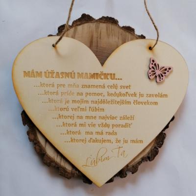 Deň matiek _Drevené srdce s motýľom na zavesenie