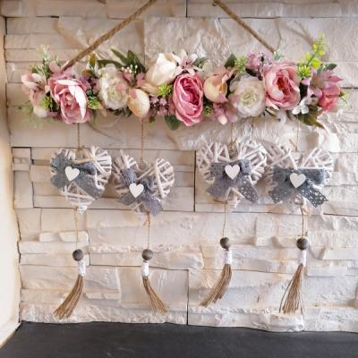 Závesná kvetinova dekorácia so srdiečkami