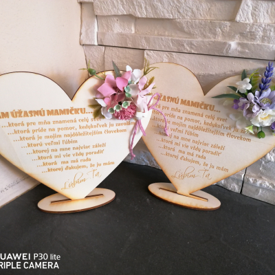 Deň matiek _kvetinove staroruzove drevené srdce na podstavci