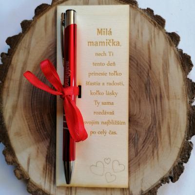 Deň matiek _tabuľka s gravírovaným perom so srdiečkami