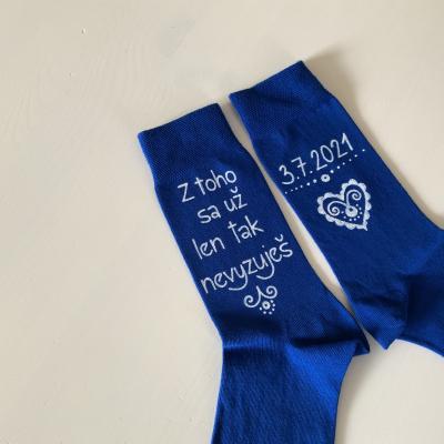 """Maľované ponožky pre ženícha s nápisom: """"Z toho sa už len tak nevyzuješ + dátum"""" v štýle folk"""