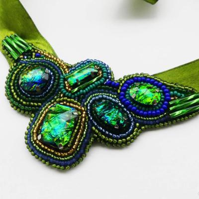 Elegantný zelený šitý náhrdelník s krištálmi
