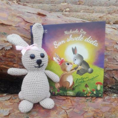 Hačkovaný zajac s knihou