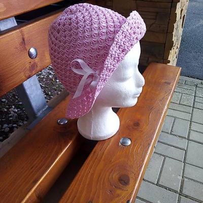 Dievčenský letný klobúčik
