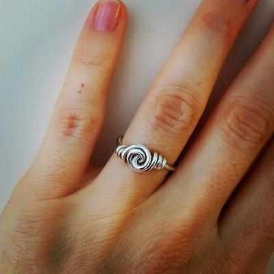 Strieborný prsteň v tvare Uzla.