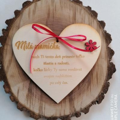 Deň matiek _Drevené srdce s kvietkom