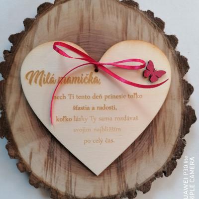 Deň matiek _Drevené srdce s motýľom