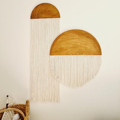 Drevená závesná dekorácia s macrame