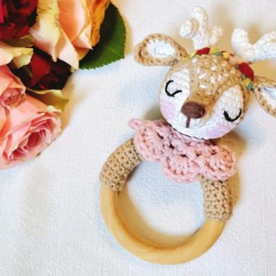 Hrálka srnček s kvetinovým venčekom