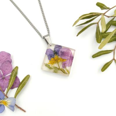 Živicový prívesok na oceľovej retiazke _ Mix kvetov