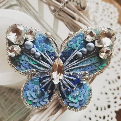 Motýľ zimných záhrad, ručne šitá brošňa