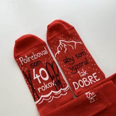 Maľované ponožky k narodeninám (červené s motívom pre lyžiarov)