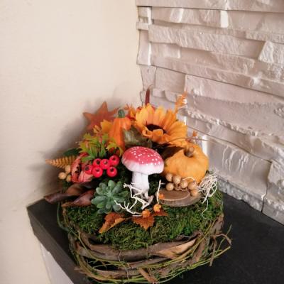 Jesenná prírodna dekorácia s tekvicou a muchotrávkou
