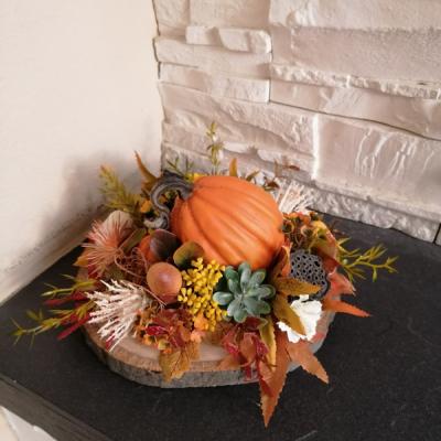 Jesenná dekorácia s tekvicou na dreve